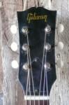 kop met modern recht Gibson logo